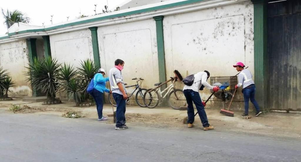 Voluntarios barren una calle de la ciudad de Manta. Manabí, Ecuador.