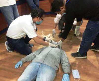 Trabajadores de la alianza empresarial Epam-Veolia, Manta, ensayan cómo administrar primeros auxilios médicos. Manabí, Ecuador.