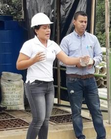 Carla Alcívar A., gerente de la empresa municipal, Aguas del Chuno, mostrando la calidad del agua que potabilizan. Manabí, Ecuador.