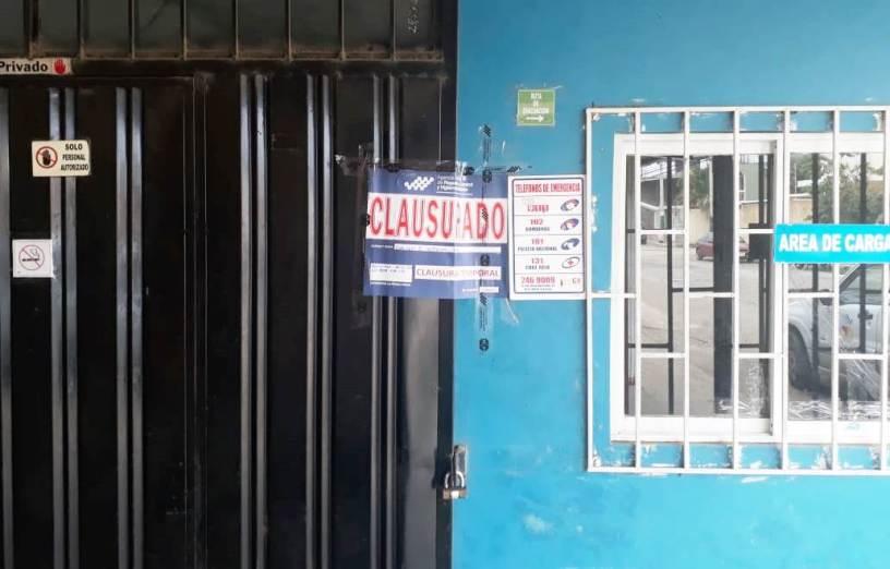 Tienda naturista clausurada por vender productos sin Registro Sanitario, en el Cantón Olmedo. Manabí, Ecuador.