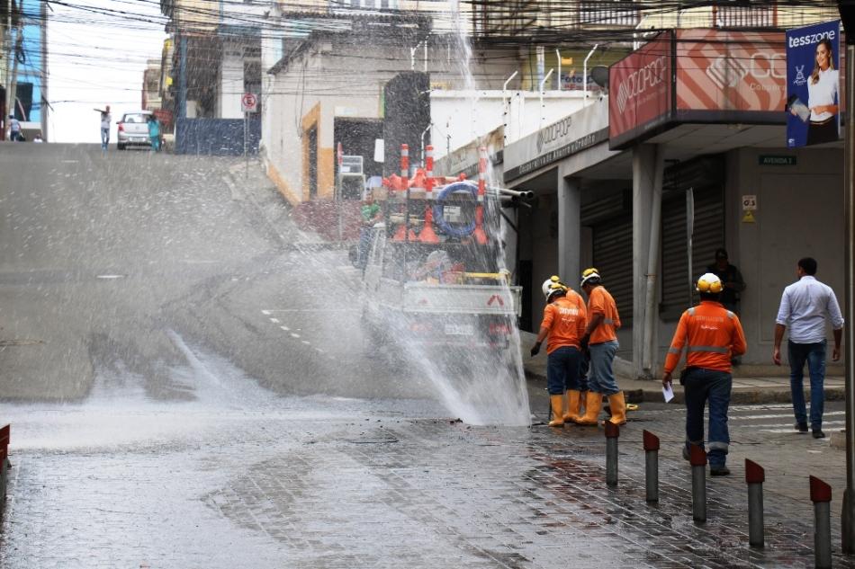 Agua potable fluyendo a las vías por daño en tuberías de distribución de la ciudad de Manta. Manabí, Ecuador.