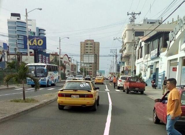 Tránsito cotidiano en una de las vías céntricas de la ciudad de Manta. Manabí, Ecuador.