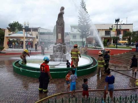 La celebración es propicia para lavar monumentos y espacios públicos a la vez que se ejercitan en el manejo de las mangueras y el agua.