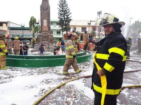 Los ejercicios incluyen la espuma utilizada para combatir el fuego.