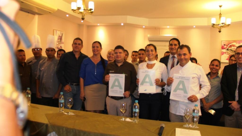 """Representantes de cada uno de los tres restaurantes reconocidos con calificación sanitaria """"A"""" de Arcsa, posando en el Montecristi Golf Club. Manabí, Ecuador."""