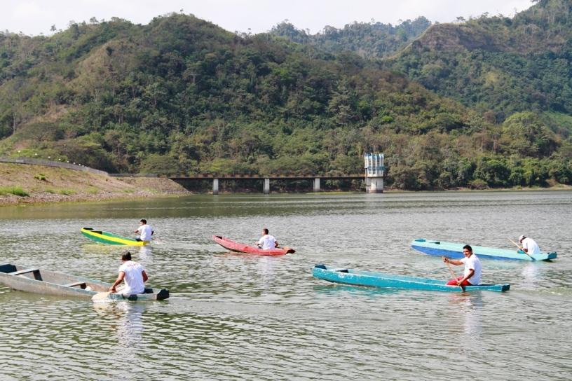 Reman sobre sus canoas duranta la Regata Aldo Cano Patiño de 2017, en la Represa La Esperanza del Cantón Bolívar. Manabí, Ecuador.
