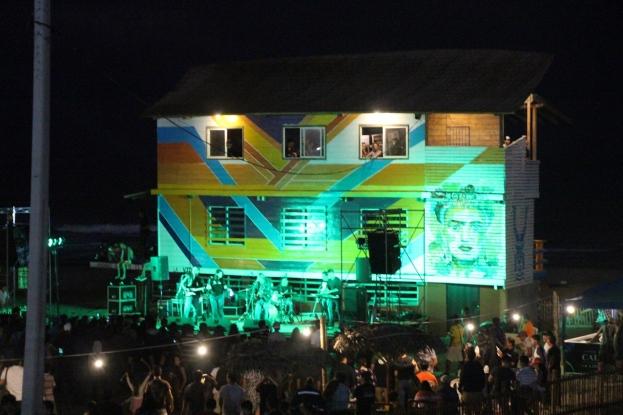 """Así lucía """"La Caseta"""" de Playa El Murciélago (Manta) la noche de su reinauguración."""