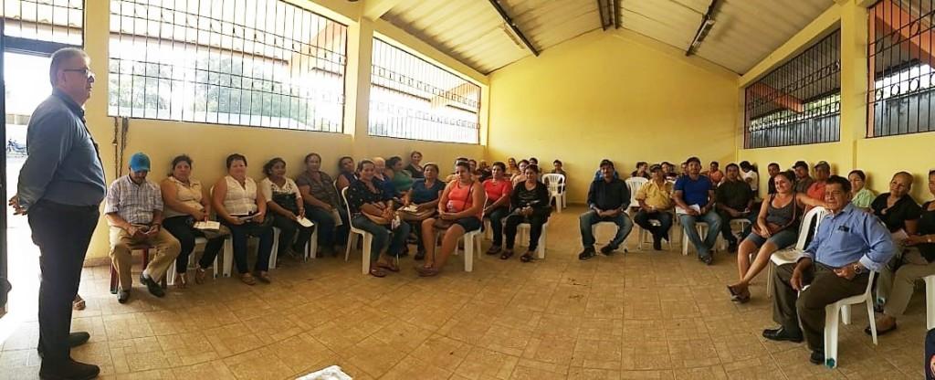 Moradores de una zona rural de Manabí interactúan con el instructor de un curso sobre violencia social patrocinado por la Judicatura. Manabí, Ecuador.