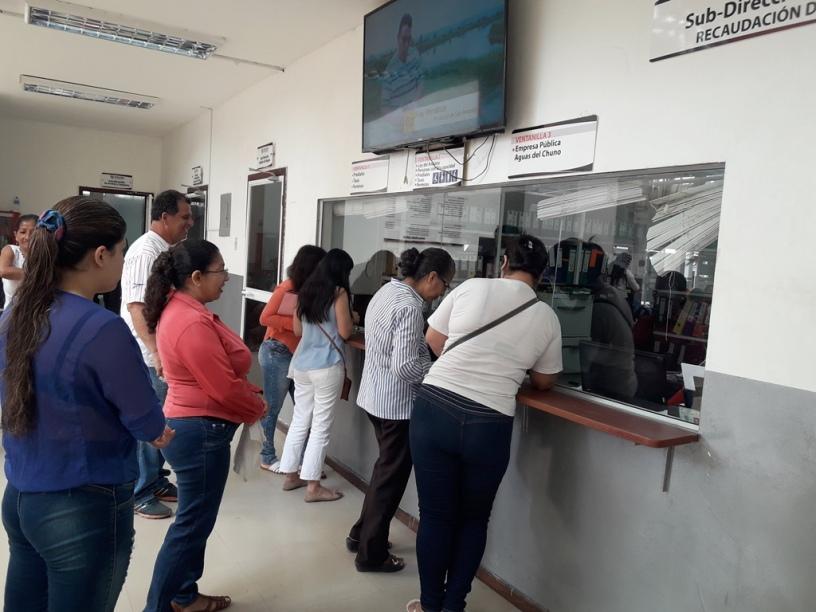 Contribuyentes pagando en ventanillas de recaudación del Gobierno municipal de Chone. Manabí, Ecuador.