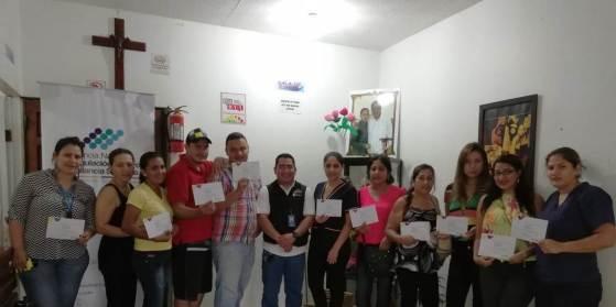 Cursillistas de Arcsa muestran el diploma que certifica sus nuevos conocimientos de sanidad alimentaria.