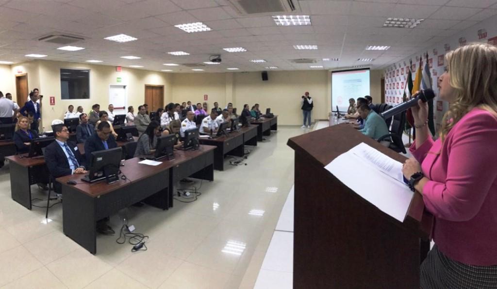 Disertación de Paulina Sabando, presidenta de la Corte Provincial de Justicia de Manabí, en un curso-taller sobre juzgamiento de infracciones penales. Manabí, Ecuador.