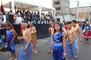 Representaciones étnicas delante de las autoridades públicas que presidieron el desfile.