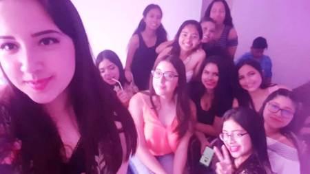 Emily Ramos Joza (primer plano), reunida con algunas amigas y compañeras de estudios durante la fiesta por la celebración de sus 16 años de existencia. Manabí, Ecuador.