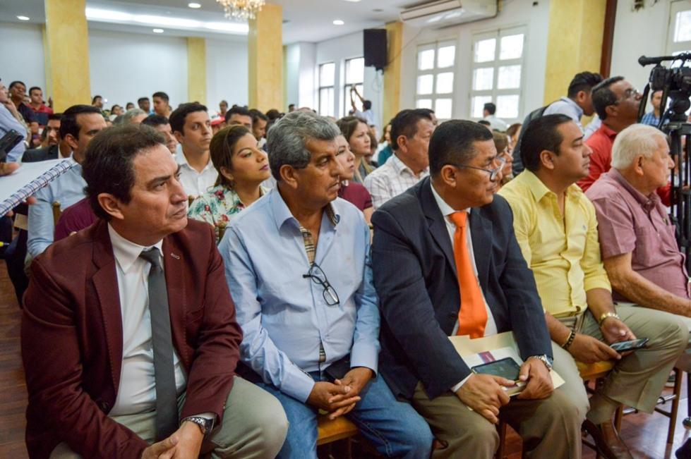 Testigos presenciales de la suscripción del convenio de asignación de dineros al Gobierno provincial de Manabí para que rehabilite el Sistema de Riego Carrizal-Chone. Manabí, Ecuador.