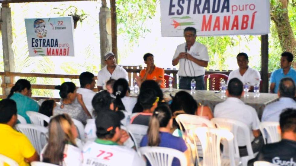 Mitin político de Jaime Estrada Bonilla con un grupo de campesinos. Manabí, Ecuador.