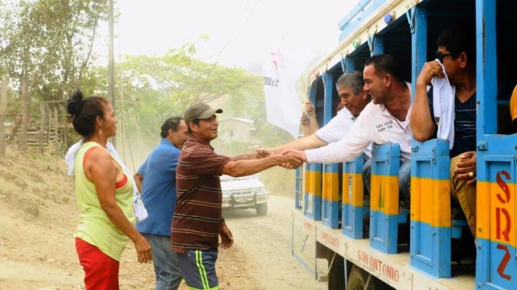 """Jaime Estrada Bonilla se desplaza por la zona rural de Manabí a bordo de una """"chiva"""". Manabí, Ecuador."""