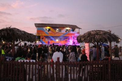 Fiesta alrededor de La Caseta, Playa El Murciélago de Manta. Manabí, Ecuador.