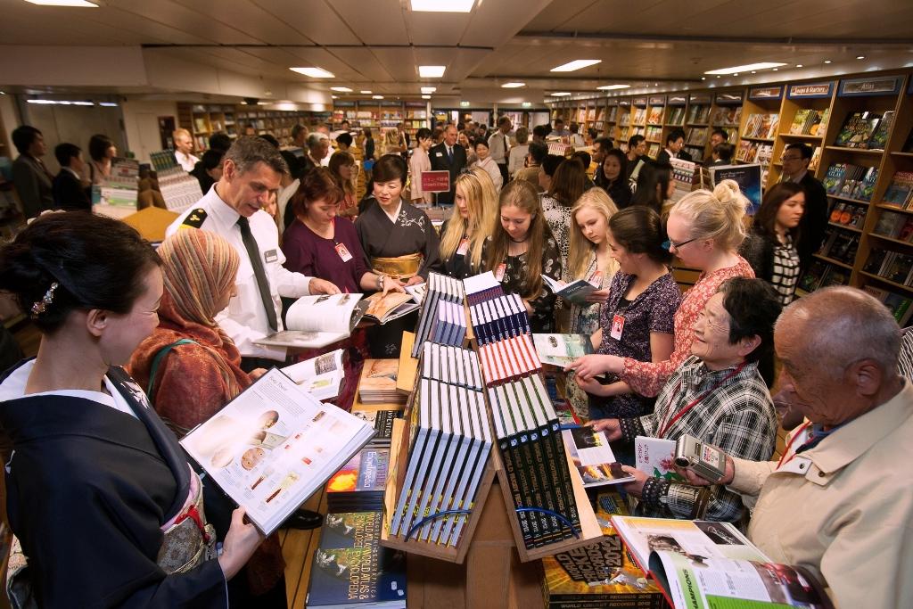 La gran librería a bordo del Logos Hope.