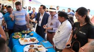 El prefecto provincial de Manabí (sombrero) y el alcalde de Manta (chaqueta), en el Festival del Pulpo.