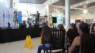 Espectáculo musical en el patio de comidas del terminal terrestre de Manta.