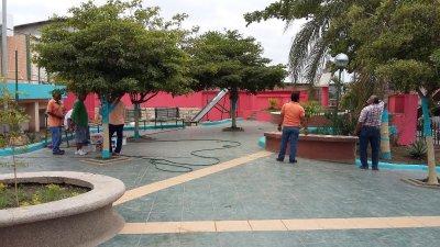 Reponen las lámparas eléctricas quemadas del Parque Aníbal San Andrés de Montecristi. Manabí, Ecuador.