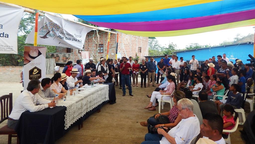 La primera dama del Ecuador, Rocío González de Moreno, durante su visita a Pile (Montecristi) para impulsar el desarrollo de la comunidad de este lugar. Manabí, Ecuador.