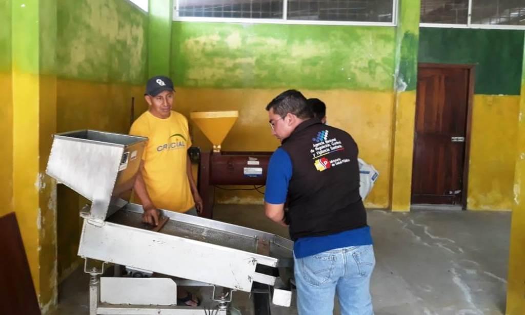 Experto en normas sanitarias de Arcsa inspecciona la planta procesadora de café de la Asociación Agropecuaria 27 de Junio, en Parroquia La América del Cantón Jipijapa. Manabí, Ecuador.