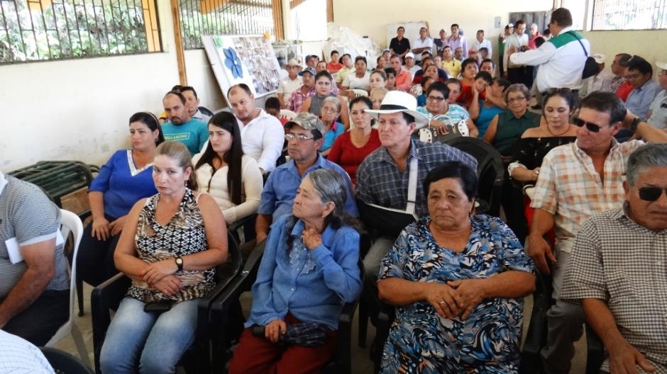 Pobladores del Sitio Río Grande (Chone) atestiguan la inauguración del sistema de agua entubada para sus respectivos domicilios. Manabí, Ecuador.
