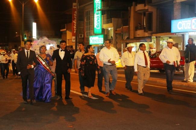 El alcalde Ricardo Quijije y su esposa Mercy Santos encabezaron el desfile del pregón.