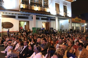 Al pie de la centenaria Casa Azúa de Manta, donde hoy funciona el Museo Etnográfico Cancebí, la noche del centenario de la casona y la reapertura del museo.