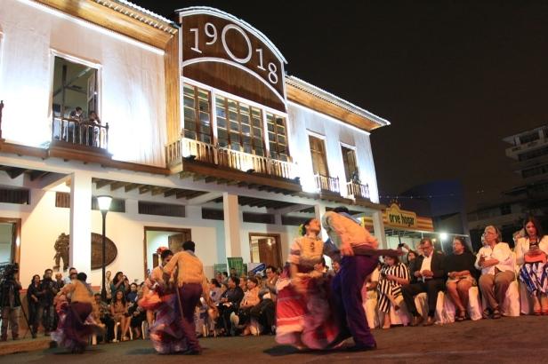 Celebrando el centenario de la Casa Azúa donde hoy funciona el Museo Etnográfico Cancebí, en la ciudad de Manta. Manabí, Ecuador.