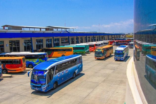 El andén junto al que estacionan los autobuses en el terminal terrestre de la ciudad de Manta.