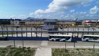 El terminal de autobuses de Manta, visto desde la Avenida Puerto-Aeropuerto que se extiende junto a él.