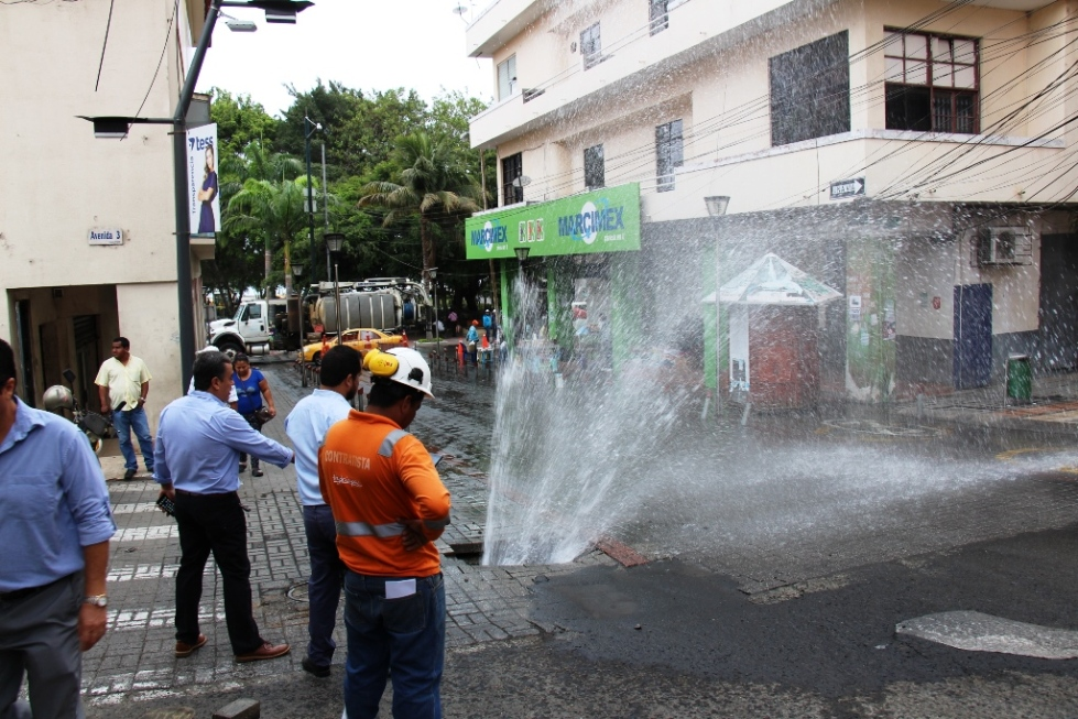 Desde el subsuelo brota agua potable a causa de tuberías rotas por vetustas, en Manta. Manabí, Ecuador.
