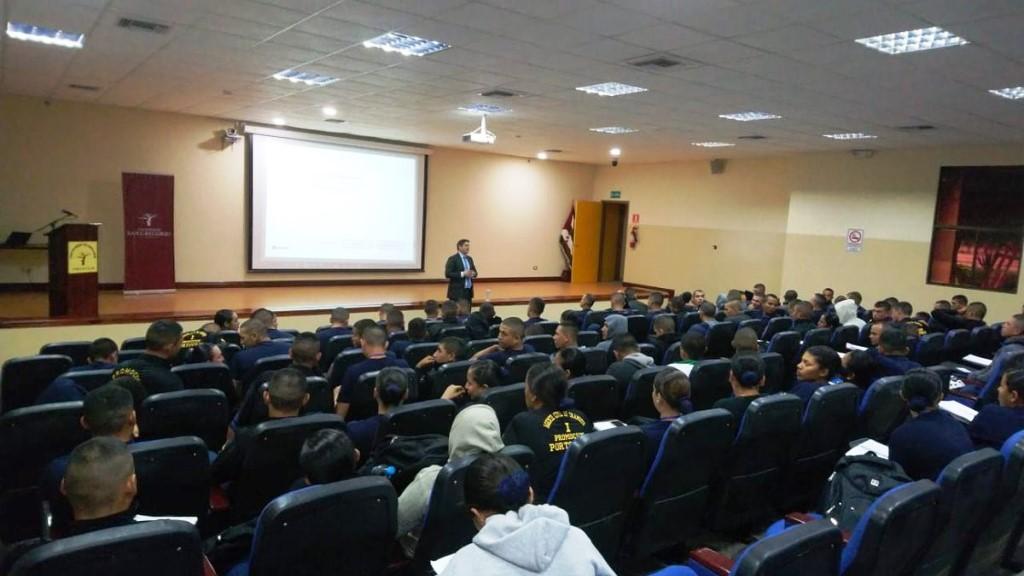 Un instructor de la Escuela de la Función Judicial capacita en leyes a futuros agentes municipales de tránsito de Portoviejo. Manabí, Ecuador.