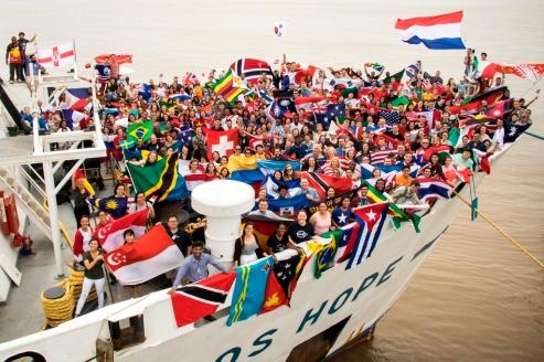 Personas de varias nacionalidades, reunidas en la proa del buque Logos Hope para demostrar la universalidad de esta gran embarcación con una librería a bordo.