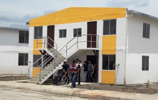 Uno de los 88 bloques de viviendas del Plan San Cayetano, en la ciudad de Chone.