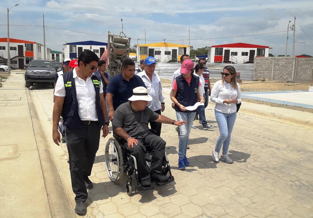 El Ministro de la Vivienda y el Alcalde de Chone inspeccionan el Plan Habitacional San Cayetano. Manabí, Ecuador.