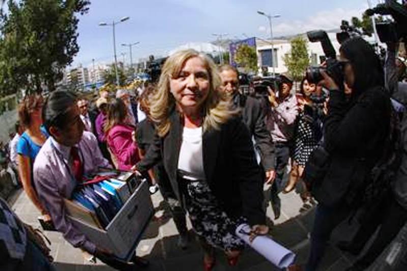 Zobeida Aragundi, vocal del Consejo de la Judicatura, entrega documentos para que la Fiscalía General del Estado investigue irregularidades judiciales en el caso 30S. Quito, Ecuador.