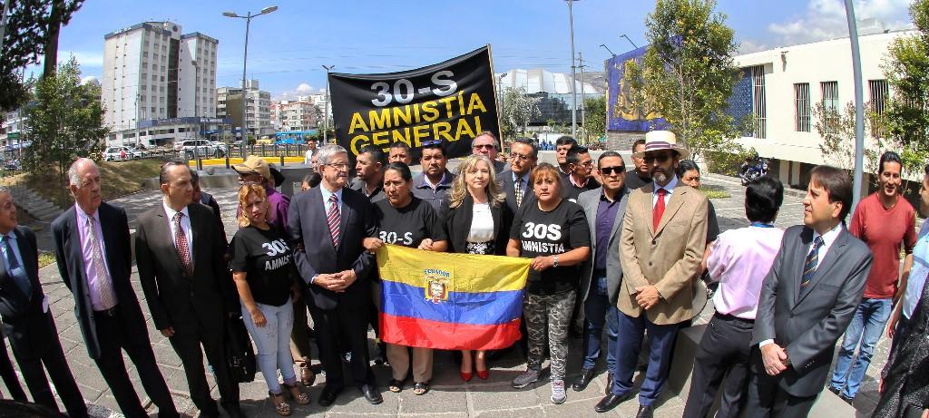Zobeida Aragundi Foyain y simpatizantes de su gestión que la acompañaron a pedir que Fiscalía investigue a fondo el caso 30S. Quito, Ecuador.