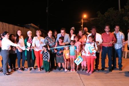 Acto inaugural del pavimento sobre una calle-canal del Barrio Porvenir Alto 2 de la ciudad de Manta. Manabí, Ecuador.