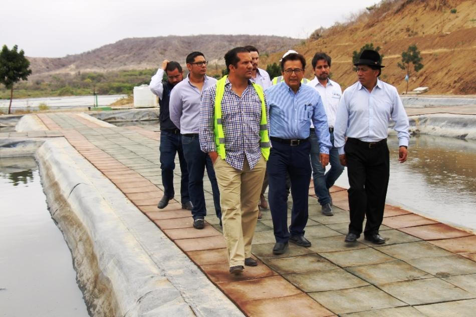 El ministro del agua de Ecuador visita las lagunas de tratamiento de aguas servidas de la ciudad de Manta. Manabí, Ecuador.