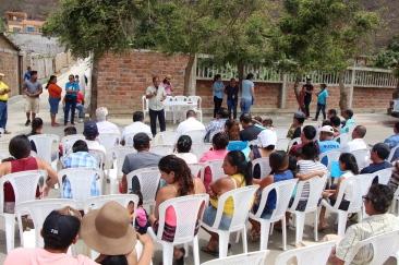 Isidoro Montalván, concejal por la zona rural de Manta, habla a sus coterráneos de San Lorenzo.