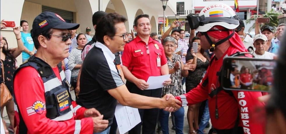 Bomberos de Manta, especialistas en rescate urbano, saludan a su máxima autoridad cantonal, el alcalde Jorge Zambrano Cedeño. Manabí, Ecuador.