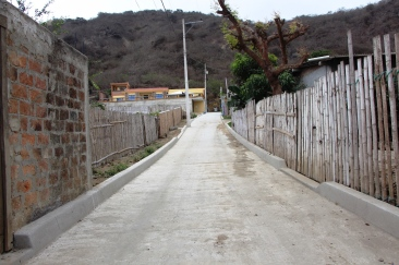Uno de los dos callejones pavimentados.
