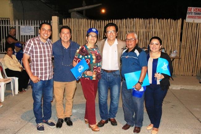 Parte del liderazgo barrial posa con el alcalde Jorge Zambrano Cedeño.
