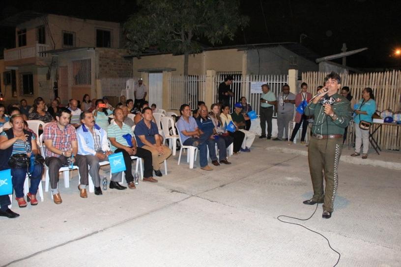 Moradores del Barrio San Agustín, Manta, escuchan al vocalista de un mariachi. Manabí, Ecuador.