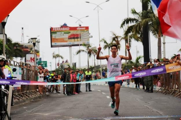 Paúl Buenaño Armendáriz, el ganador absoluto de la carrera pedestre Ruta del Pacíficio 2018 realizada en la ciudad de Manta.