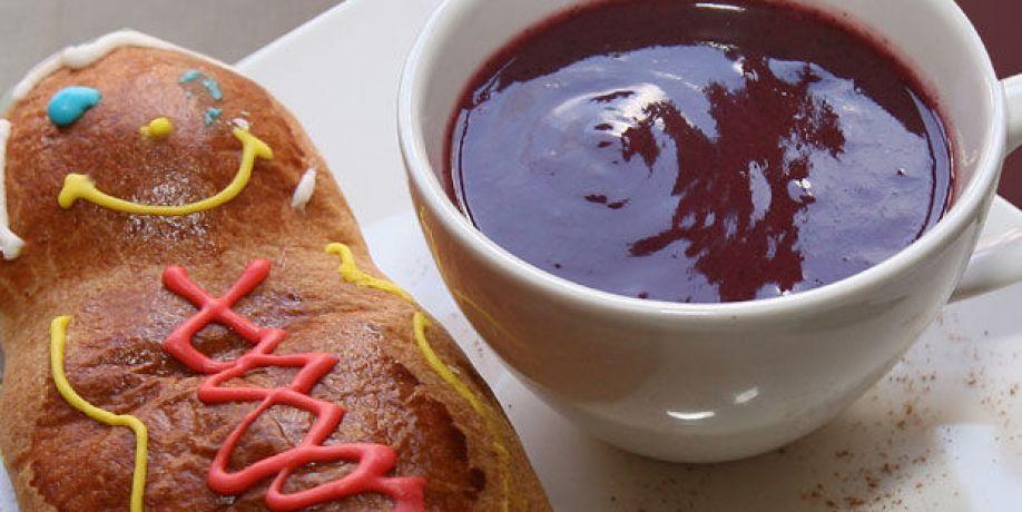 Guagua de pan y colada morada, alimentos ecuatorianos que se sirven tradicionalmente en el Día de los Difuntos.