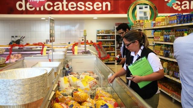 Técnicos de Arcsa verifican que los productos cárnicos en refrigeración estén en buen estado de consumo. Manabí, Ecuador.